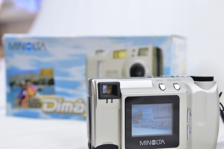 Minolta Konica DiMAGE 2300 2.3MP Digital Camera - Silver 2