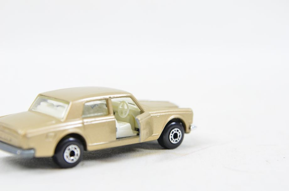 Matchbox Superfast #39 Rolls Royce Silver Shadow - Gold Body, White Interior 6